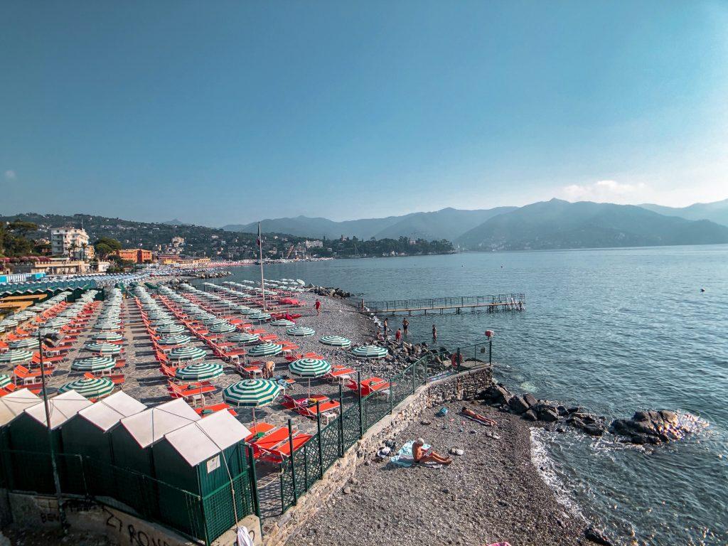 La schiera di stabilimenti balneari di Santa Margherita Ligure