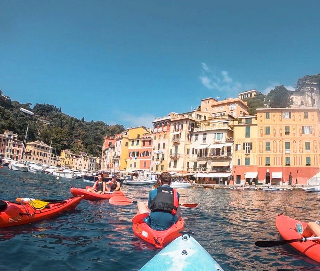 La piazzetta dei Martiri dell'Olivetta vista dal kayak