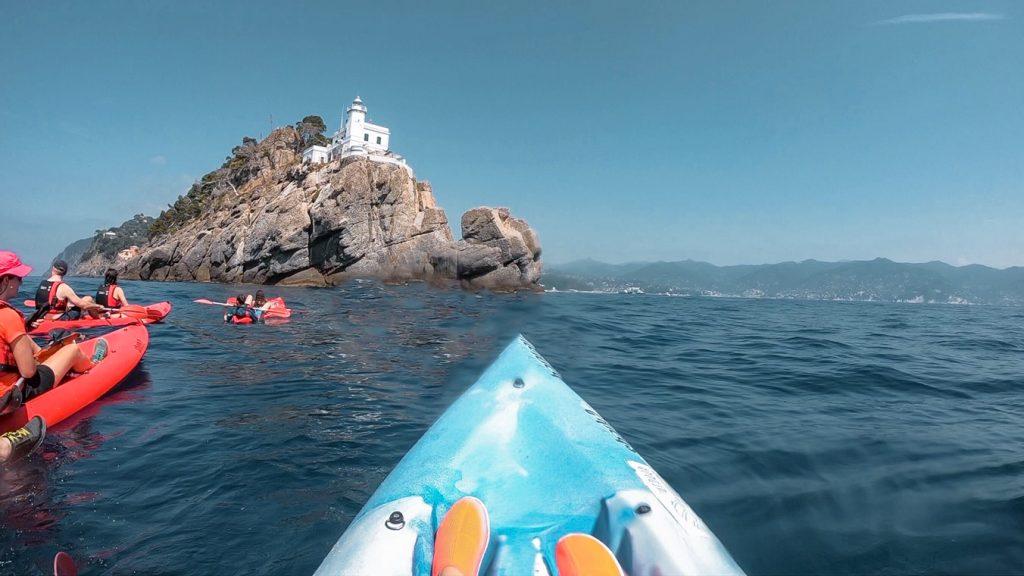 Il faro di Portofino visto dal kayak durante il corso di Outdoor Portofino