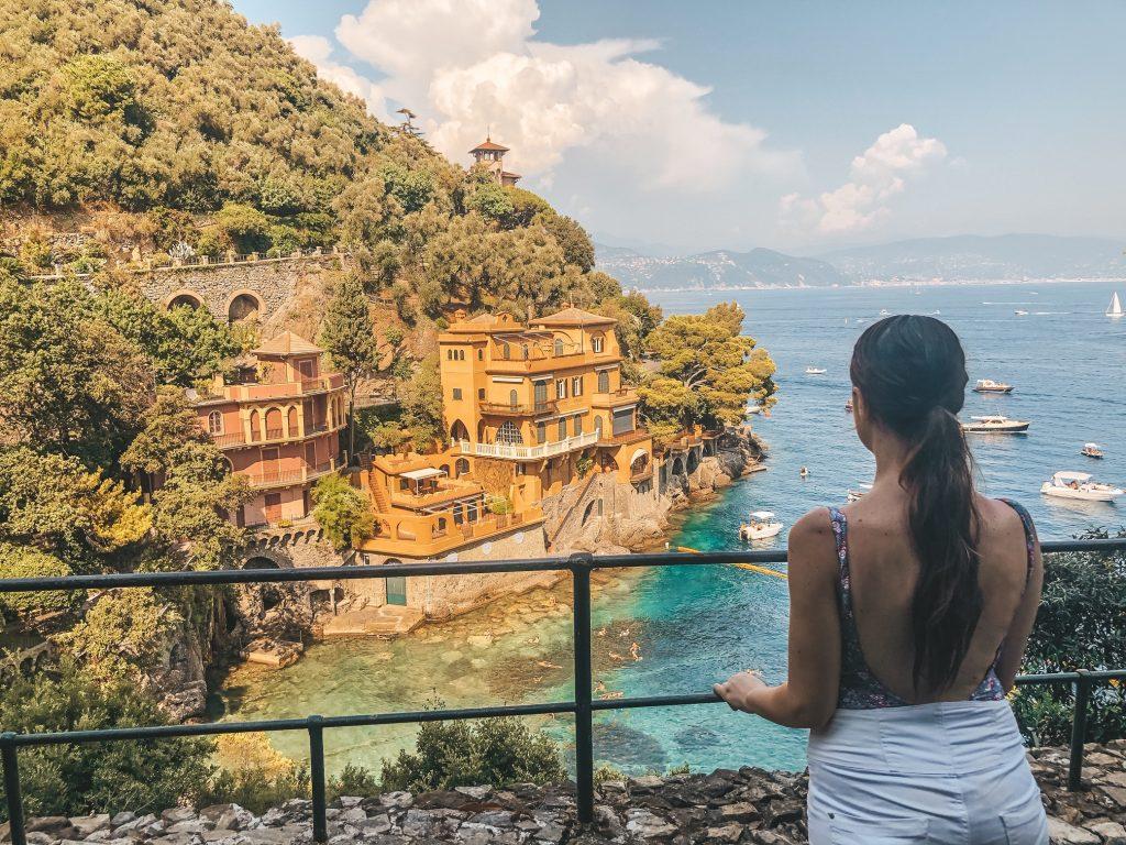 Lo scorcio più instagrammato di Portofino lungo la Passeggiata dei Baci