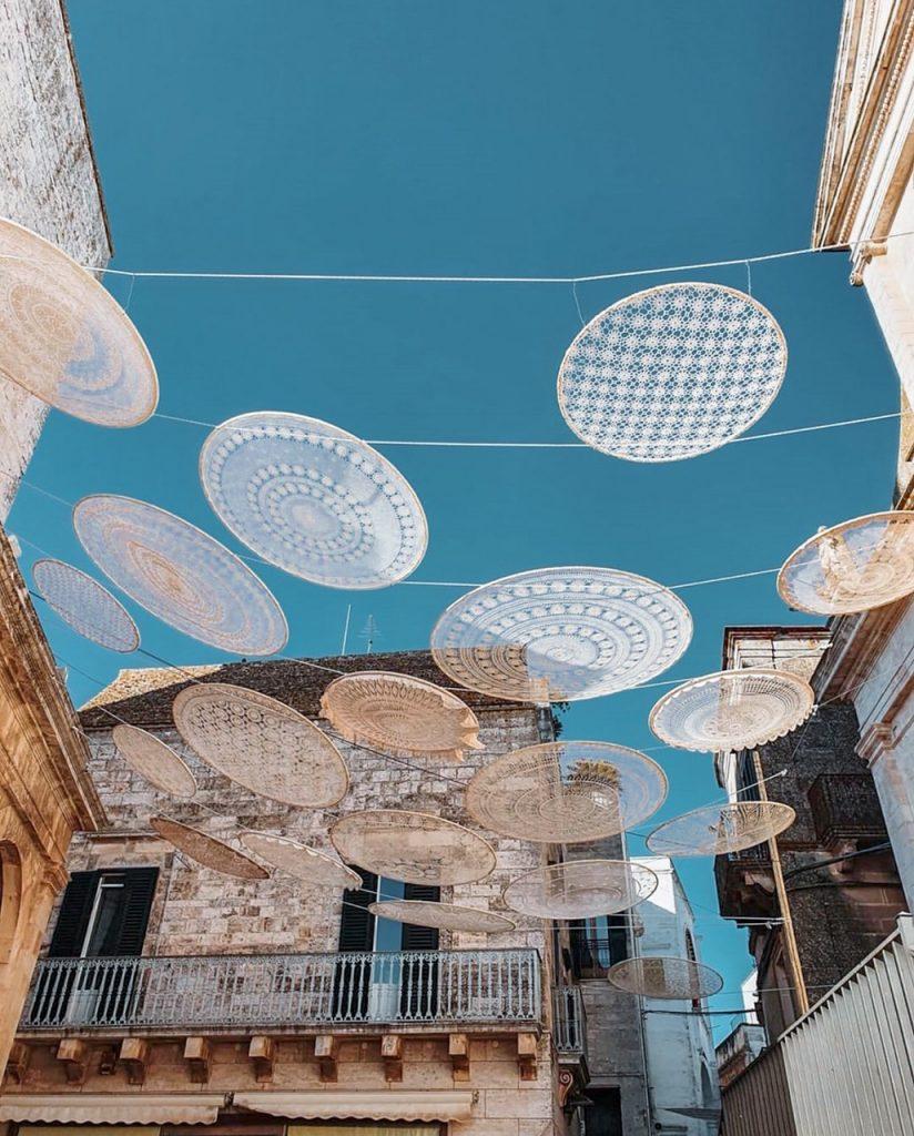installazione nel centro storico di Cisternino